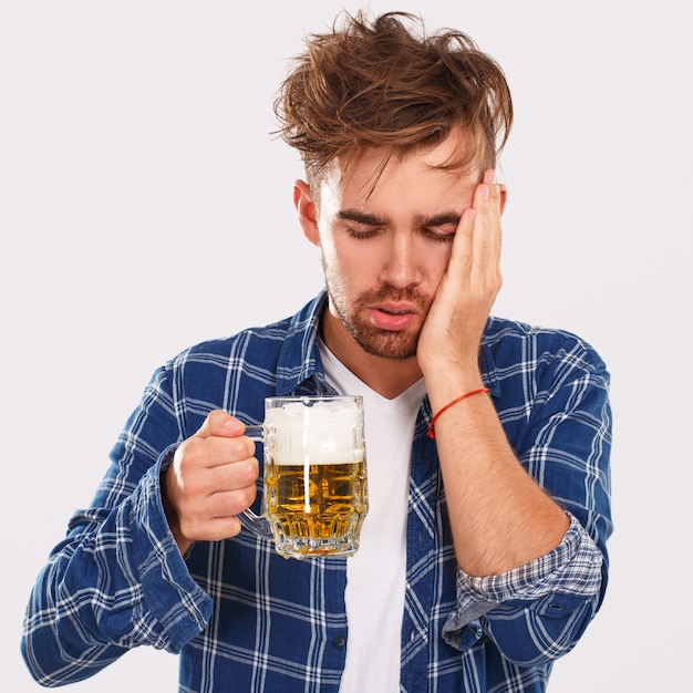 Alkohol. Facet W Niebieskiej Koszuli Z Piwem Darmowe Zdjęcia