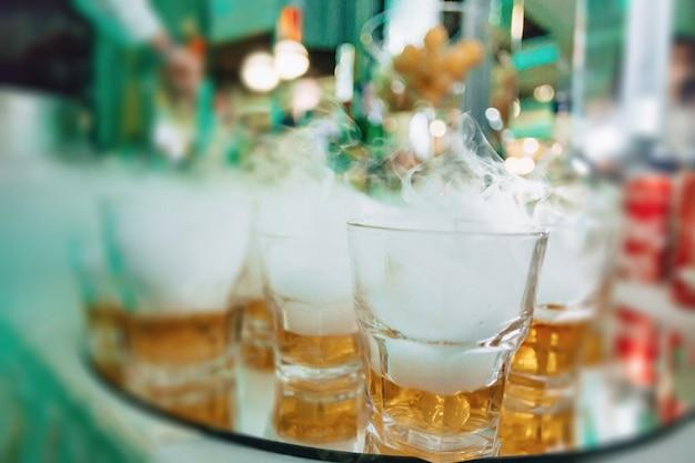 Alkohol podczas uroczystości w okularach i bufetach Premium Zdjęcia