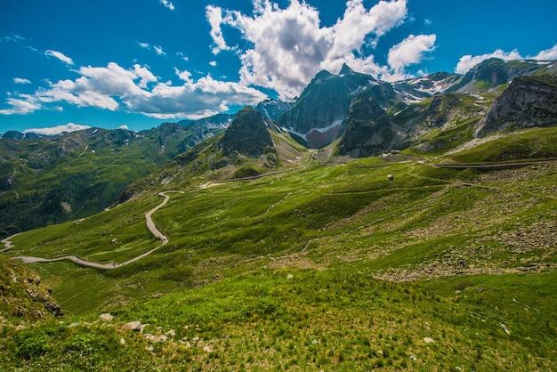 Alpine Pass Road. Wielka Przełęcz św. Bernarda We Włoszech. Premium Zdjęcia