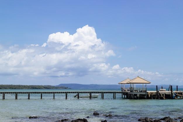 Altana Morska I Drewniany Chodnik Prowadzący Do Morza Z Plaży Premium Zdjęcia