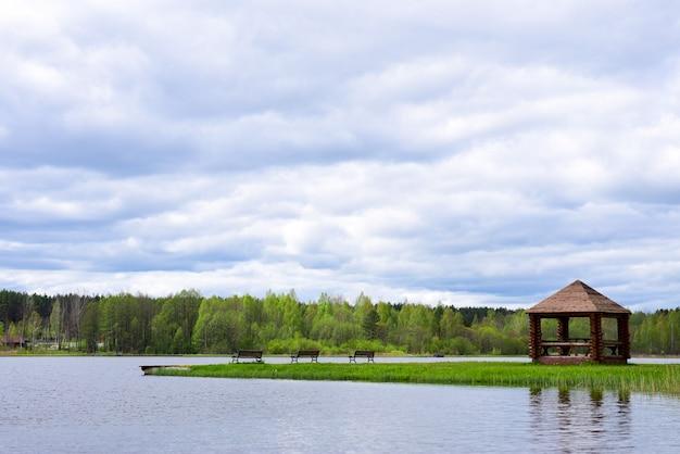 Altana Piknikowa Z ławkami Na Brzegu Jeziora Leśnego Premium Zdjęcia
