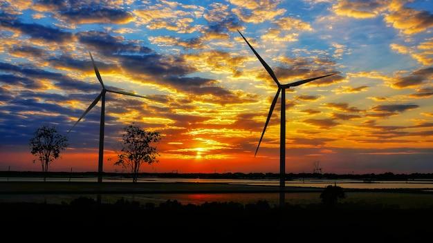 Alternatywna Produkcja Energii Odnawialnej Z Turbin Wiatrowych O Zachodzie Słońca Premium Zdjęcia
