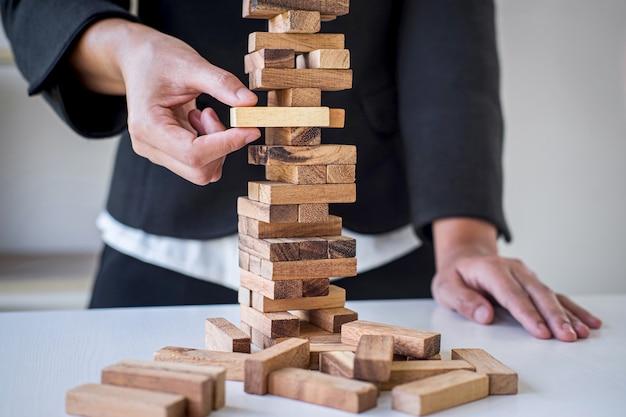 Alternatywne Ryzyko I Strategia W Biznesie, Ręka Inteligentnego Hazardu Kobiety Biznesu Umieszczanie Hierarchii Bloków Drewnianych Na Wieży Do Planowania I Rozwoju Do Sukcesu Premium Zdjęcia
