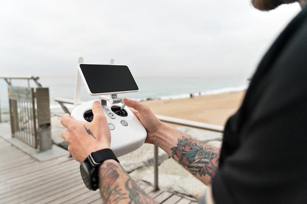 Amatorski Lub Profesjonalny Fotograf Lub Kamerzysta Ustawia Zestaw Do Filmowania Z Powietrznego Krajobrazu Oceanu Dronem Lub Quadrocopterem. Darmowe Zdjęcia