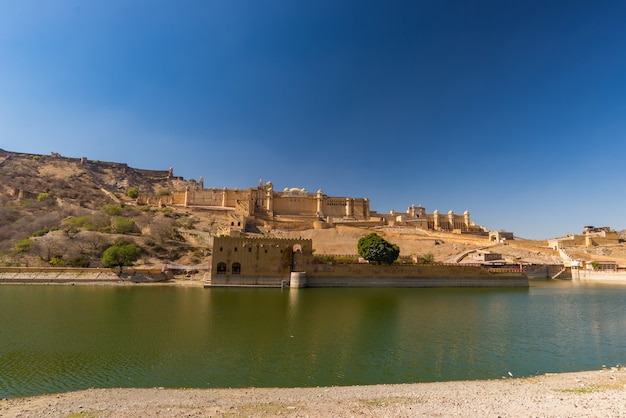 Amber Fort, Imponujący Krajobraz I Pejzaż Miejski, Słynny Cel Podróży W Jaipur, Radżastan, Indie. Premium Zdjęcia