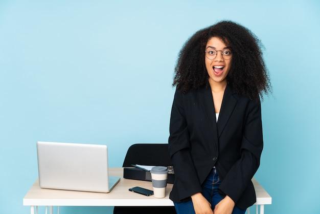 Amerykanin Afrykańskiego Pochodzenia Biznesowa Kobieta Pracuje W Jej Miejscu Pracy Z Niespodzianka Wyrazem Twarzy Premium Zdjęcia