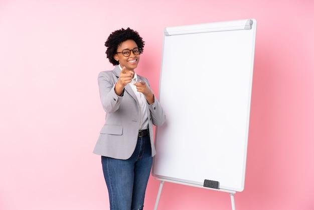 Amerykanin afrykańskiego pochodzenia biznesowa kobieta z białą deską Premium Zdjęcia
