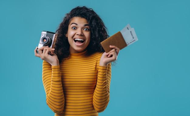 Amerykanin Afrykańskiego Pochodzenia Kobieta Odizolowywająca. Premium Zdjęcia
