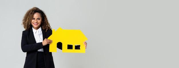 Amerykanin afrykańskiego pochodzenia kobiety agenta nieruchomości mienia papieru dom Premium Zdjęcia