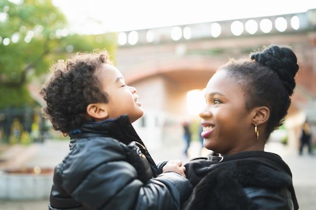 Amerykanin Afrykańskiego Pochodzenia Matka Z Synem. Premium Zdjęcia