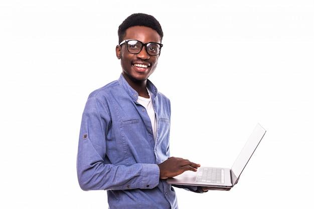 Amerykanina Afrykańskiego Pochodzenia Biznesmen Używa Laptop I Pozować Odizolowywam Nad Biel ścianą Darmowe Zdjęcia