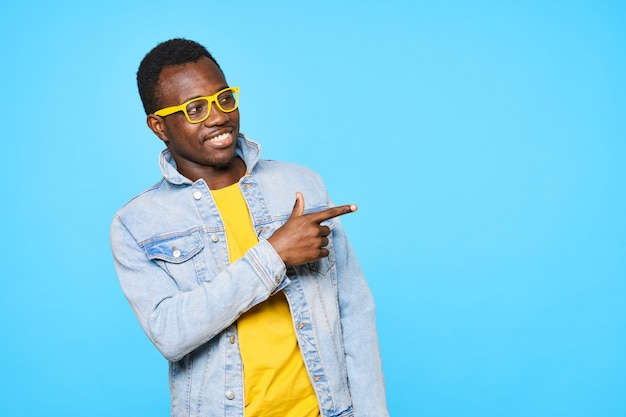 Amerykanina Afrykańskiego Pochodzenia Mężczyzna I Kobieta Pozuje Na Kolor ścianie Premium Zdjęcia