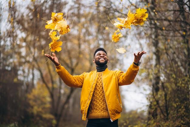 Amerykanina afrykańskiego pochodzenia studencki odprowadzenie w parku Darmowe Zdjęcia