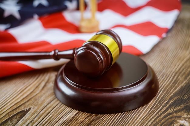 Amerykańscy Prawnicy Amerykańska Kancelaria Prawna Z Młotkiem Sędziego Z Klepsydry Na Drewnianym Stole Amerykańskiej Flagi Premium Zdjęcia