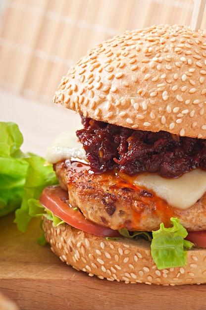 Amerykański Burger Z Kurczakiem I Boczkiem, Domowy Sos Do Grilla Darmowe Zdjęcia
