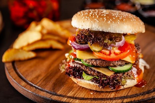Amerykański Domowy Burger Z Podwójnym Kotletem Mięsnym. Premium Zdjęcia