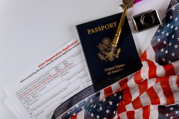Amerykański formularz rejestracyjny do wyborów prezydenckich z flagą usa i paszportem Premium Zdjęcia