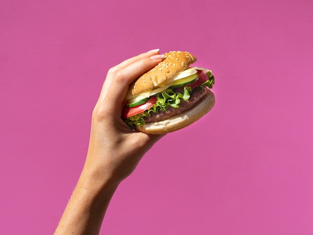 Amerykański hamburger z sałatą na różowym tle Darmowe Zdjęcia