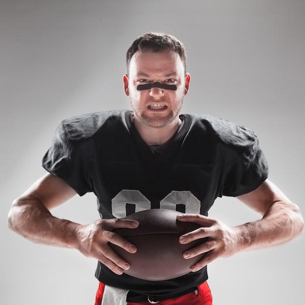 Amerykański Piłkarz Pozuje Z Piłką Darmowe Zdjęcia
