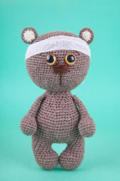 Amigurumi. diy zabawka. dzianiny brązowy niedźwiadek. , zapobieganie chorobom wieku dziecięcego Premium Zdjęcia