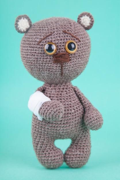 Amigurumi. dzianiny brązowy niedźwiadek. , zapobieganie chorobom wieku dziecięcego Premium Zdjęcia