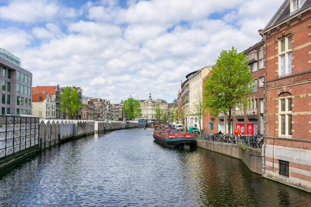 Amsterdam Holandia Tanczy Domy Nad Rzecznym Amstel Punktem Zwrotnym W Starym Europejskim Mieście Premium Zdjęcia