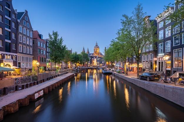 Amsterdam Linia Horyzontu Z Kościół świętego Nicholas Punkt Zwrotny W Amsterdam Mieście, Holandie Premium Zdjęcia