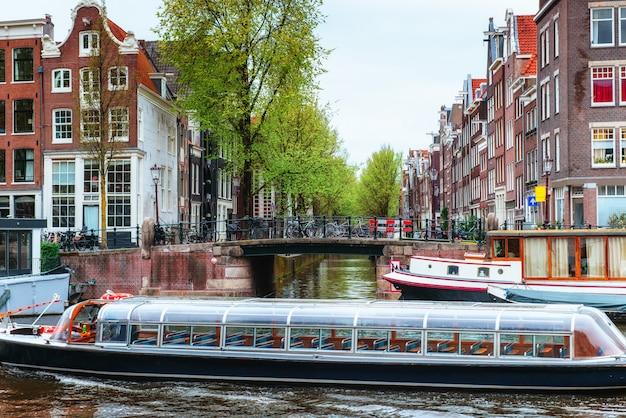 Amsterdamskie kanały i typowe domy. Premium Zdjęcia