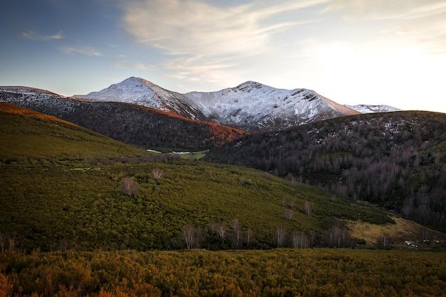 Ancares Góry W Hiszpanii Otoczone Drzewami I Trawą Darmowe Zdjęcia