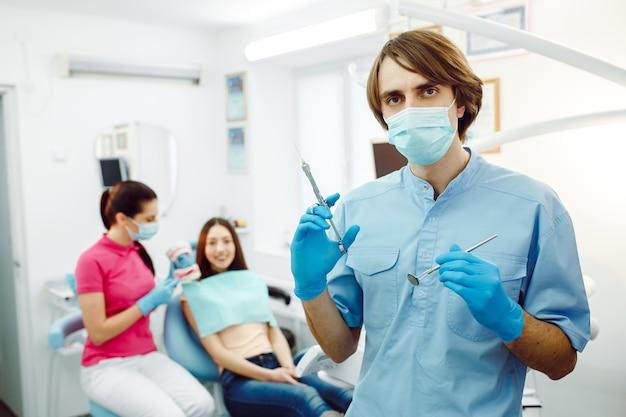 Anestezjolog Pozuje Ze Strzykawką W Klinice Stomatologicznej Darmowe Zdjęcia