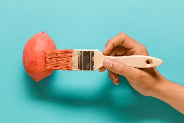 Anonimowy Artysta Maluje Cytrynę W Różowym Kolorze Darmowe Zdjęcia