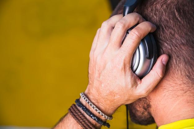 Anonimowy Człowiek Słuchanie Muzyki Darmowe Zdjęcia