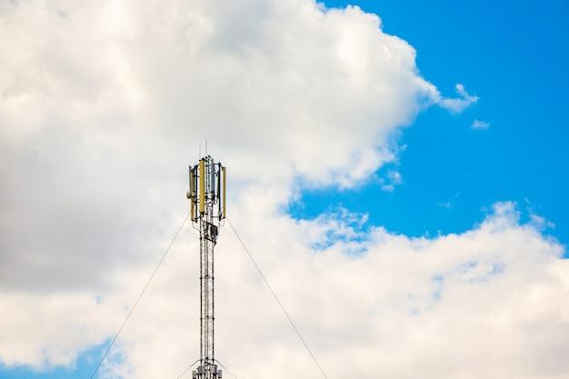 Antena Komunikacji Komórkowej Na Tle Białych Chmur, Transfer Informacji Na Odległość Premium Zdjęcia