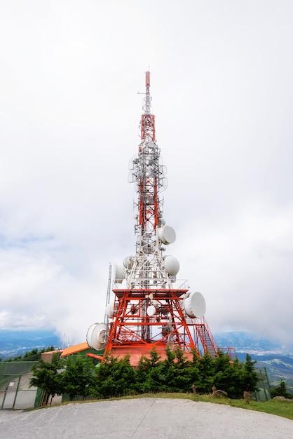 Antena Satelitarna Sieci Telekomunikacyjnej. Premium Zdjęcia