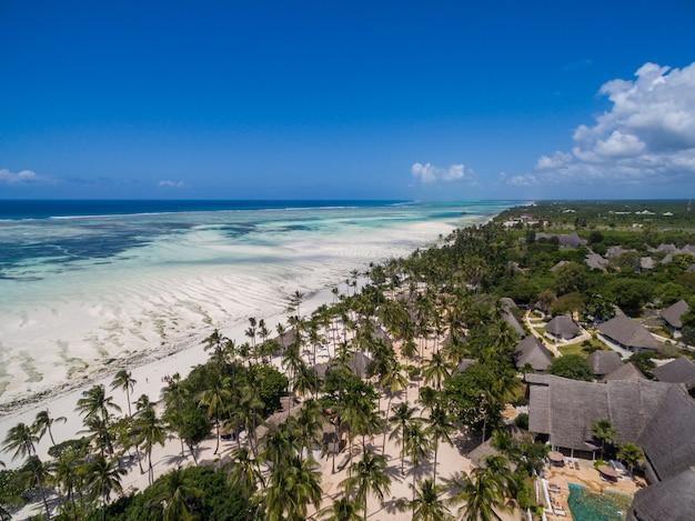 Antena Strzelająca Domy Drzewkami Palmowymi Na Plaży Oceanem Chwytającym W Zanzibar, Afryka Darmowe Zdjęcia