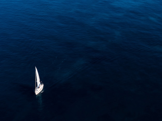 Antena Strzelał Mały Biały łódkowaty żeglowanie W Oceanie Darmowe Zdjęcia