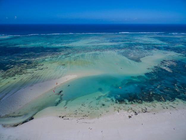 Antena Strzelał Piękny Spokojny Błękitny Ocean Pod Niebieskim Niebem Chwytającym W Zanzibar, Afryka Darmowe Zdjęcia