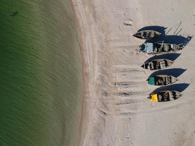 Antena Tradycyjnych łodzi Rybackich Na Piaszczystej Plaży Premium Zdjęcia