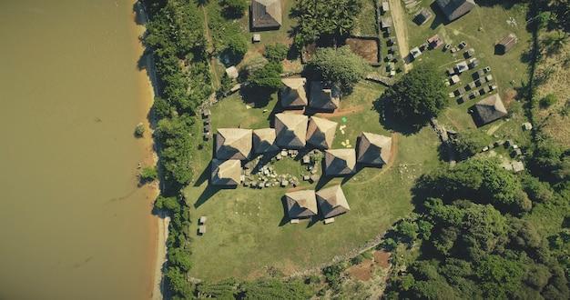 Antenowe Krajobrazy Tropikalne Z Ozdobnymi Domkami Na Dachach, Domy Tradycyjnej Wioski Kampung Tarung, Wyspa Sumba, Indonezja Premium Zdjęcia