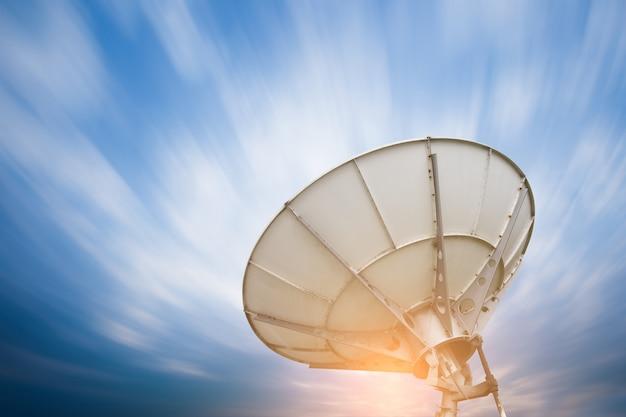 Anteny Anteny Satelitarnej Pod Niebem Premium Zdjęcia