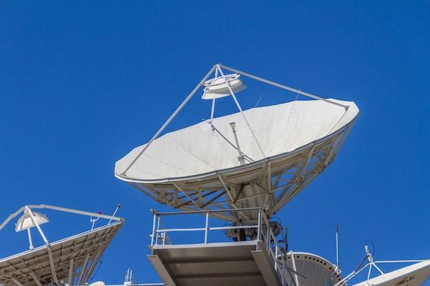 Anteny Komunikacyjne Skierowane W Niebo W Centrum Rio De Janeiro W Brazylii. Premium Zdjęcia