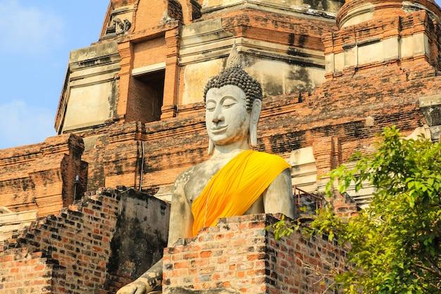 Antyczna buddha statua przy watem yai chaimongkol w ayutthaya, tajlandia. Premium Zdjęcia