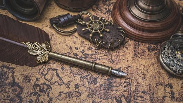 Antyczne pióro z brązu ze starą mapę świata Premium Zdjęcia