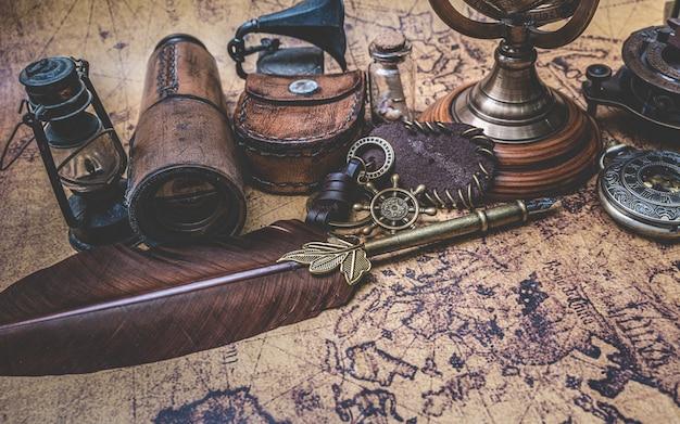 Antyczny brąz pióro pióro i stara kolekcja na starej mapie świata Premium Zdjęcia