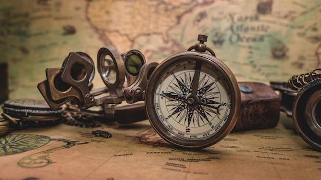 Antyczny Kompas Na Starej Mapie Premium Zdjęcia