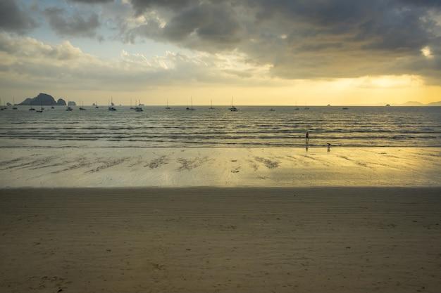 Ao Nang Plaża Przed Zmierzchem W Krabi, Tajlandia Premium Zdjęcia