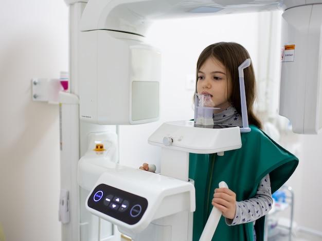 Aparat Rentgenowski Skanujący Zęby Dziecka Pacjenta W Klinice Dentystycznej Premium Zdjęcia