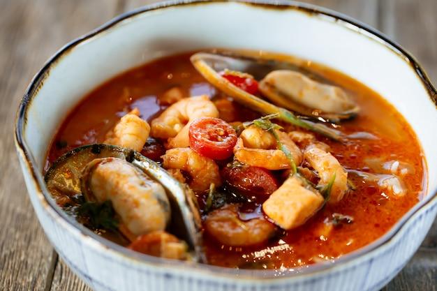 Apetyczna Azjatycka Zupa Z Owoców Morza Tai Tom Yam Premium Zdjęcia