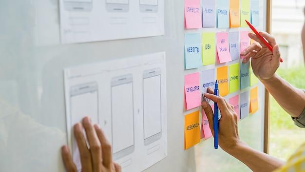 Aplikacja creative web designer do planowania i opracowywania układu szablonów, frameworku na telefon komórkowy. doświadczenie użytkownika (ux) Premium Zdjęcia