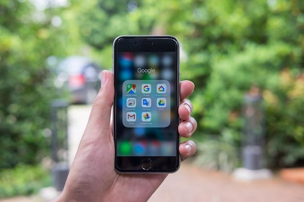 Aplikacja google na ekranie smartfonu.google to amerykańska firma usług i produktów. Premium Zdjęcia